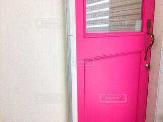 近くに赤いドアのアップの写真・画像素材[985192]