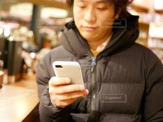 携帯電話を持っている人の写真・画像素材[985231]