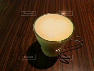 テーブルの上のコーヒー カップの写真・画像素材[986383]