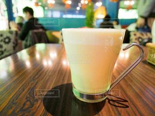 近くのテーブルに座ってコーヒー カップの写真・画像素材[986385]