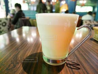 近くのテーブルに座ってコーヒー カップの写真・画像素材[986386]
