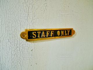 建物の側面からぶら下がっている黄色の看板の写真・画像素材[991732]
