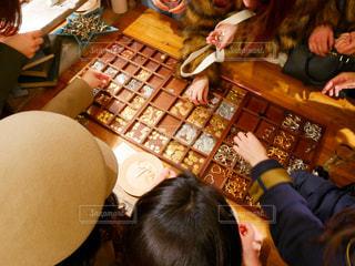 テーブルに座っている人々 のグループの写真・画像素材[991743]