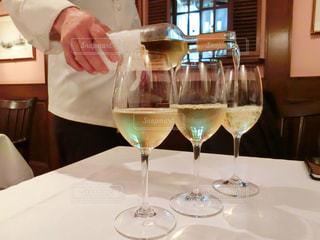 ワイングラスを持つテーブルに着席した人の写真・画像素材[992592]