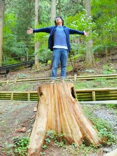 木製のフェンスの背に乗る男 - No.993108