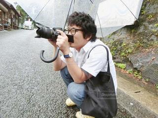 カメラを保持している少年の写真・画像素材[993109]
