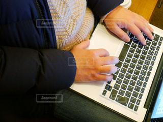 ラップトップ コンピューターを使用している人の写真・画像素材[993351]