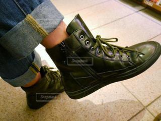 青と黒の靴を履いて足のペア - No.993352
