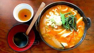 テーブルの上に食べ物のボウルの写真・画像素材[994751]