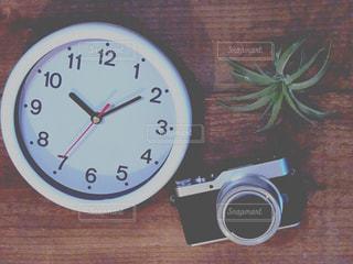 テーブルの上の時計の写真・画像素材[998041]