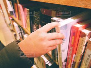 本の棚を持っている人 - No.1001816