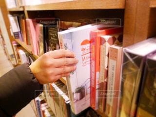 本の棚を持っている男性の写真・画像素材[1001818]