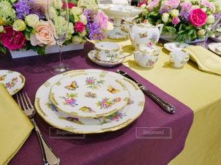 テーブルの上の紫の花のプレートの写真・画像素材[1002412]