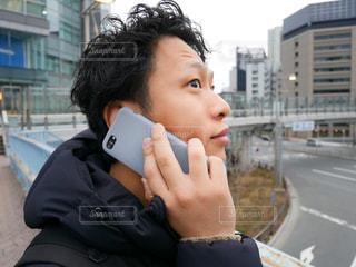 携帯電話で話す男性の写真・画像素材[1002413]