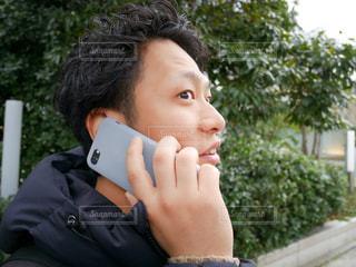 携帯電話で話す男性の写真・画像素材[1002414]
