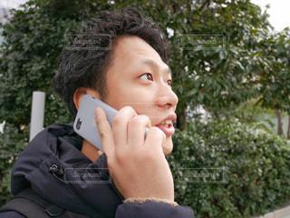 携帯電話で話す男性の写真・画像素材[1002415]