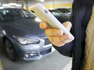 車が故障して保険会社に連絡する男性の手元の写真・画像素材[1002440]