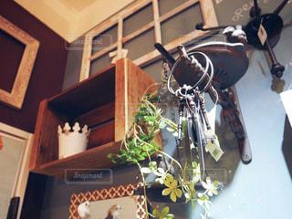 テーブルの上の花の花瓶 - No.1003437