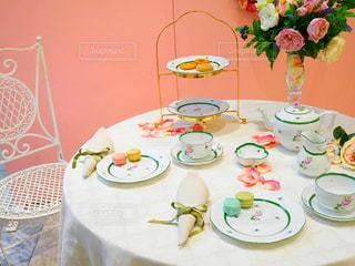 皿の上のケーキ付きのダイニング テーブルの写真・画像素材[1006658]