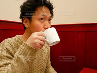 飲む男性の写真・画像素材[1009518]