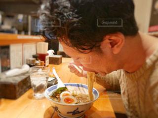 ラーメンを食べる男性の写真・画像素材[1009523]