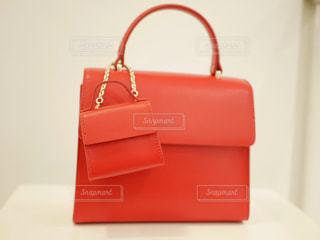 赤のスーツケースの写真・画像素材[1011467]