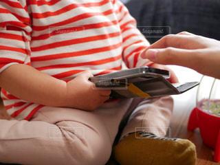 スマホ携帯電話を使用している子供の写真・画像素材[1024558]