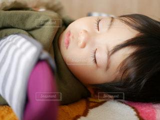 ベッドの上で横になっている人 - No.1027258
