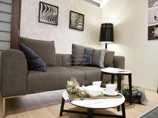 リビング ルームの家具とテーブルでいっぱいの写真・画像素材[1033504]