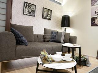 リビング ルームの家具とテーブルでいっぱいの写真・画像素材[1033505]