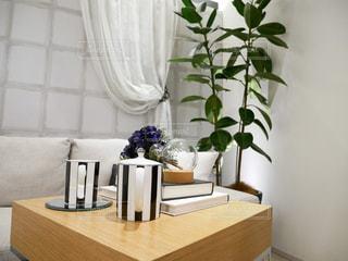 テーブルの上の花の花瓶の写真・画像素材[1033506]