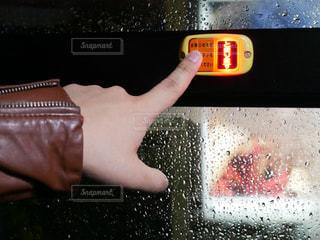 携帯電話を持つ手の写真・画像素材[1042883]