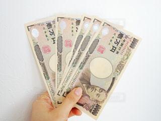 お金を持つ女性の手の写真・画像素材[1057652]