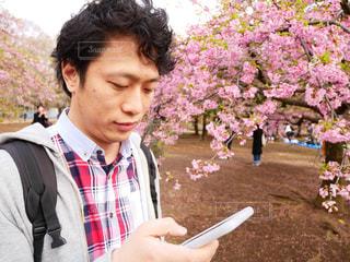 携帯電話を保持している男の写真・画像素材[1059857]