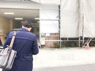 荷物のバッグを持って男は、の写真・画像素材[1066523]