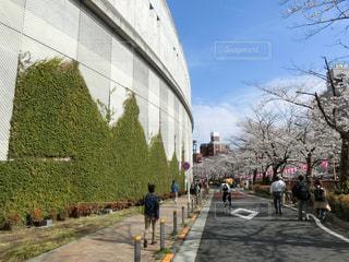 建物の隣に通りを歩く人々 のグループの写真・画像素材[1112671]
