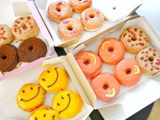 カラフルなドーナツの種類でいっぱいのボックスの写真・画像素材[1122246]