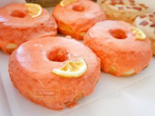 皿にピンクのドーナツの写真・画像素材[1122247]