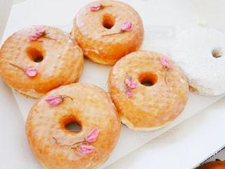 ドーナツの種類でいっぱいのボックスの写真・画像素材[1122263]