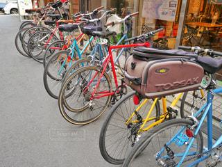 自転車は建物の脇に駐車の写真・画像素材[1122352]