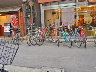 自転車は建物の脇に駐輪してるの写真・画像素材[1122353]