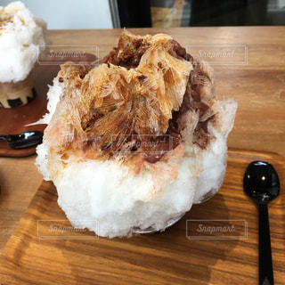 木製テーブルの上にあるかき氷の写真・画像素材[1127268]