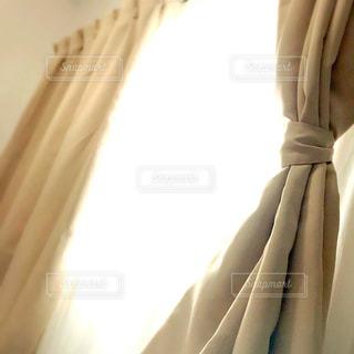 光が入る窓際のカーテンの写真・画像素材[1127271]
