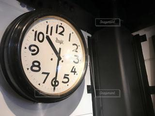 壁に掛かっている時計の写真・画像素材[1127285]