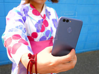 携帯電話で自撮りしてる女性の写真・画像素材[1129112]