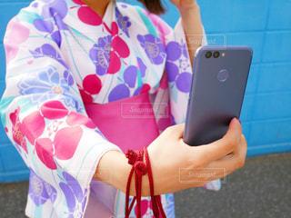 携帯電話で自撮りしている女性 - No.1129113