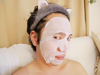 フェイスパック・マスクを身に着けている男性の写真・画像素材[1132516]