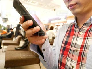 スマートフォンを持っている男性の写真・画像素材[1133349]