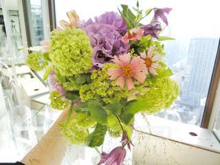 テーブルの上に花瓶の花の花束の写真・画像素材[1133750]