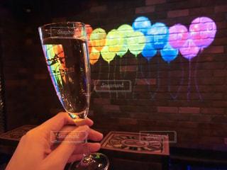 ワインのグラスを持っている手の写真・画像素材[1136026]